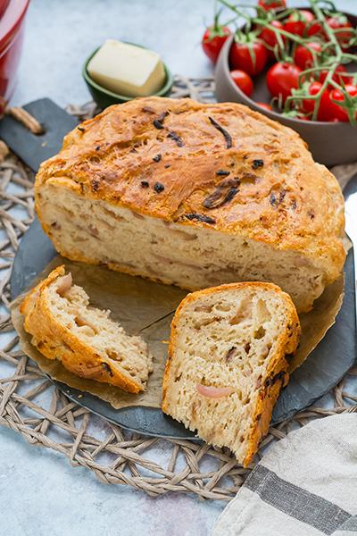 Hagymás-sajtos kenyér dagasztás nélkül